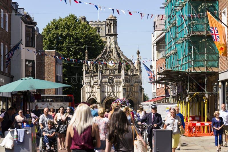Os povos andam na rua na frente da cruz de Chichester o 12 de agosto de 2016 em Chichester, Reino Unido fotos de stock