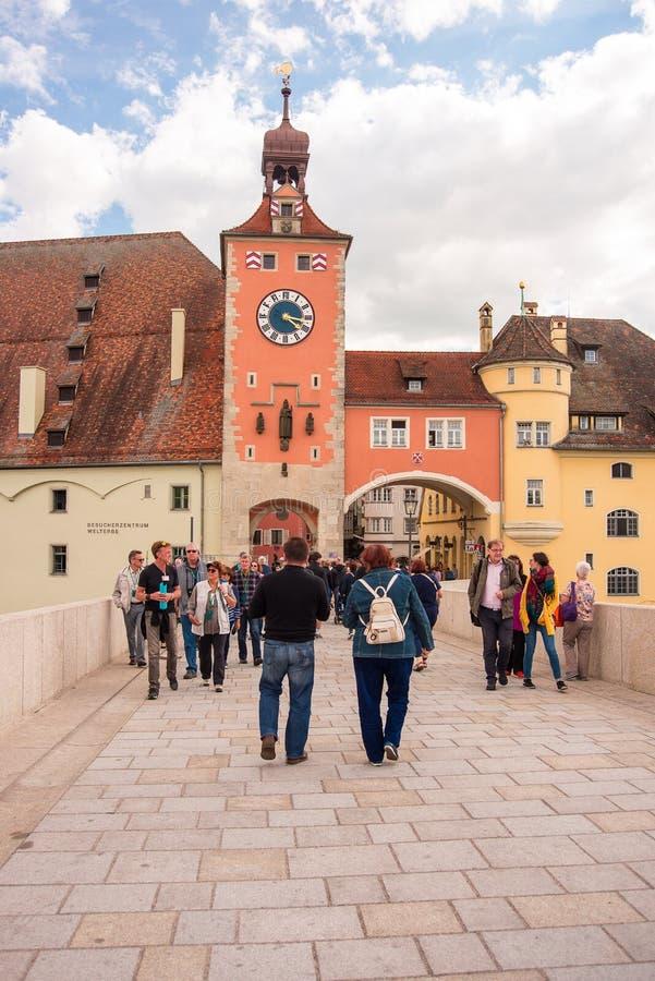 Os povos andam no cke de pedra do ¼ de Steinerne Brà da ponte em Regensburg, Alemanha fotos de stock royalty free
