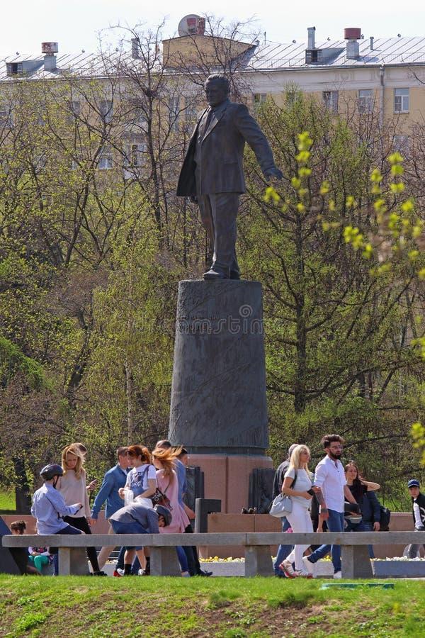 Os povos andam no desenhista Sergei Korolyov do monumento em Moscou imagem de stock