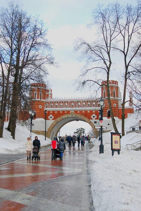Os povos andam no parque de Tsaritsyno em Moscou no inverno fotografia de stock royalty free