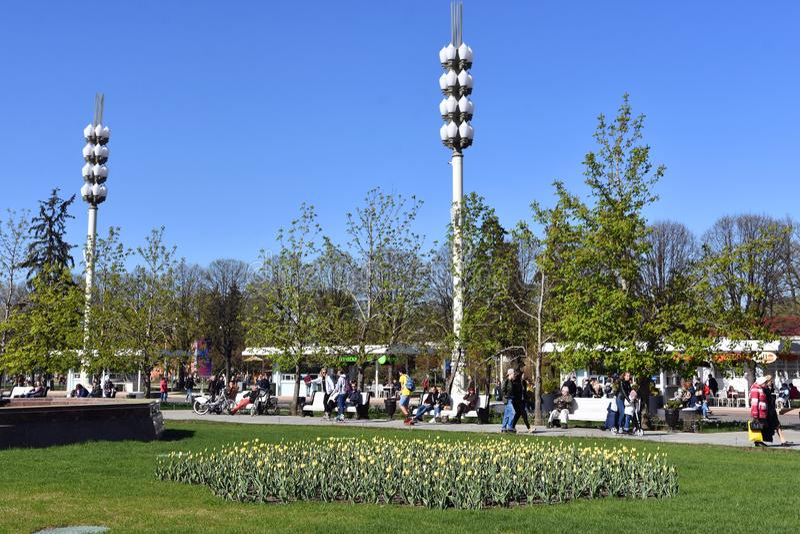 Os povos andam no parque de VDNKH em Moscou imagem de stock royalty free