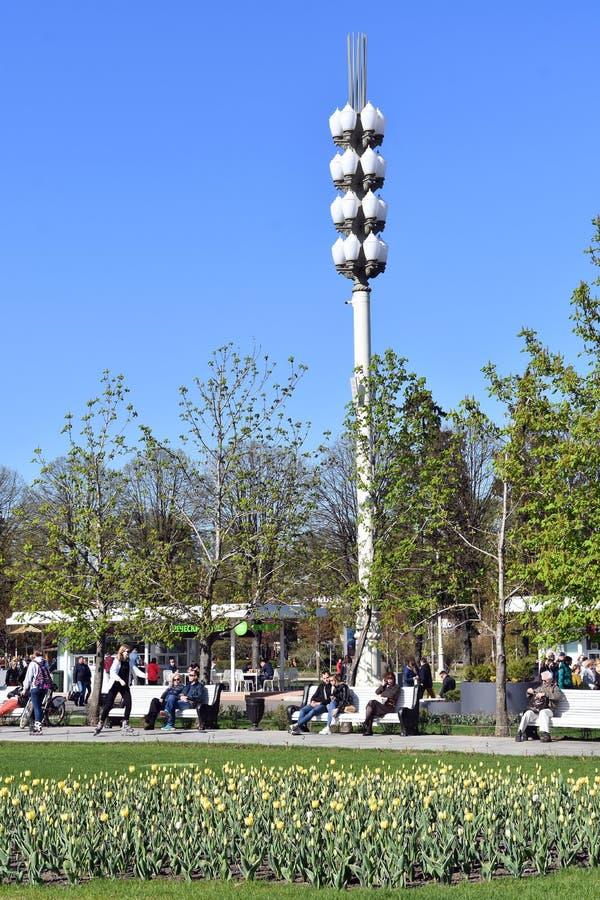 Os povos andam no parque de VDNKH em Moscou foto de stock royalty free