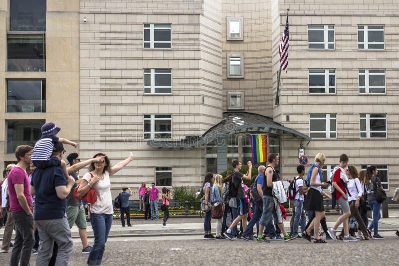 Os povos andam no Potsdamer Platz, ao lado da embaixada dos E.U. fotos de stock royalty free