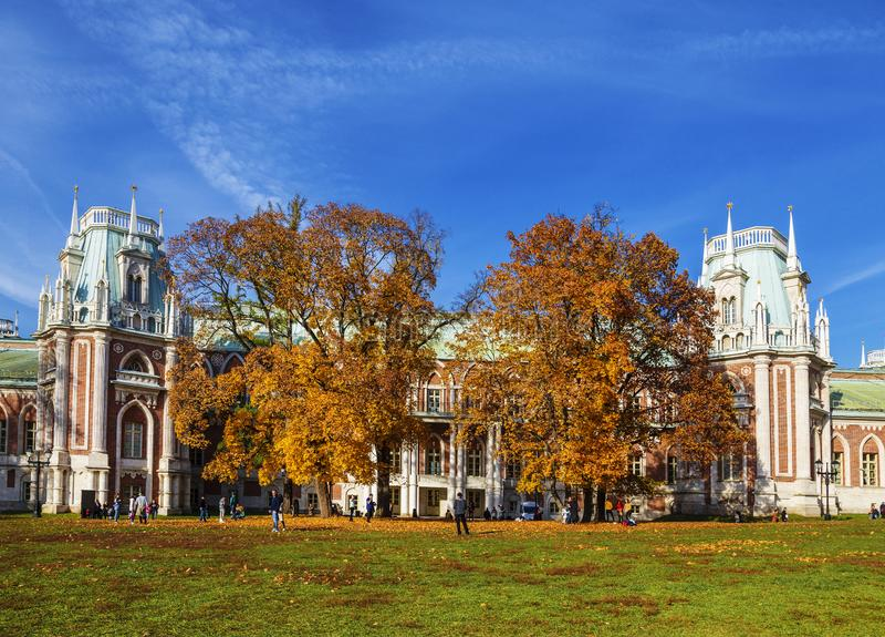 Os povos andam perto do palácio grande em um dia ensolarado do outono, Moscou de Tsaritsyn foto de stock royalty free