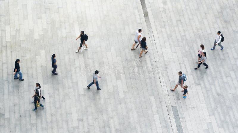 Os povos andam sobre através da opinião superior aérea da rua da cidade do negócio fotografia de stock royalty free
