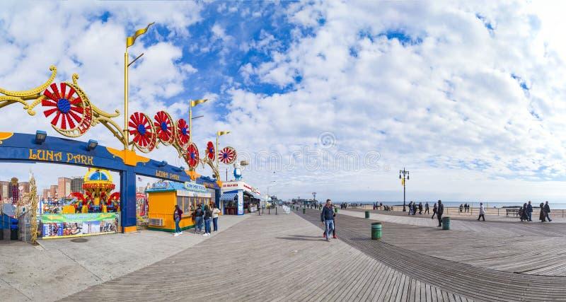 Os povos apreciam andar ao longo do passeio em Coney Island foto de stock