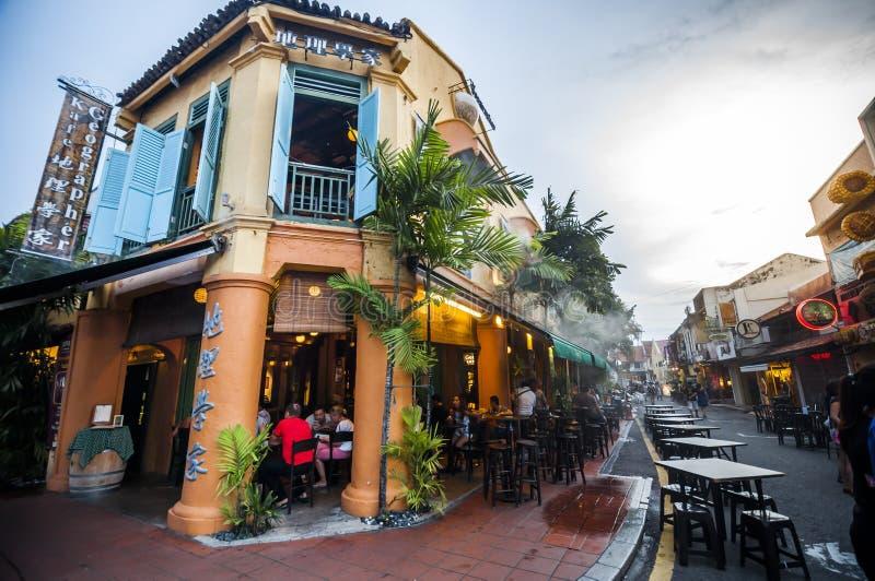 Os povos apreciam jantar no restaurante da construção do estilo da tradição em Jo foto de stock
