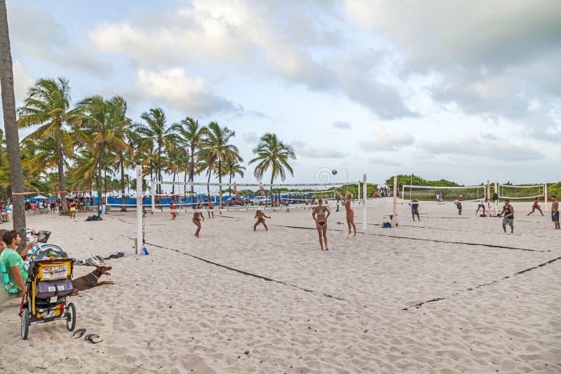 Os povos apreciam jogar o voleibol em Miami fotos de stock royalty free