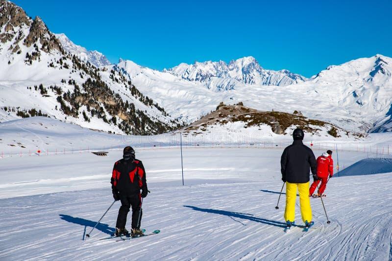 Os povos apreciam o esqui e o snowboard para o feriado de inverno na área dos cumes com Mont Blanc como o fundo, arcos 2000 de Le imagem de stock