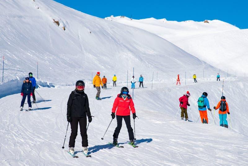 Os povos apreciam o esqui e o snowboard para o feriado de inverno nos cumes, arcos 2000 de Les, Saboia, França, Europa imagem de stock