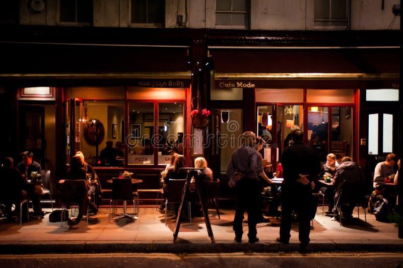 Os povos apreciam o jantar exterior em Londres foto de stock royalty free