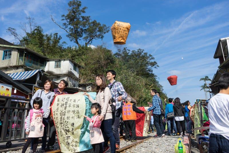 Os povos apreciam o lançamento latern com palavra da bênção Pingxi Distric fotos de stock