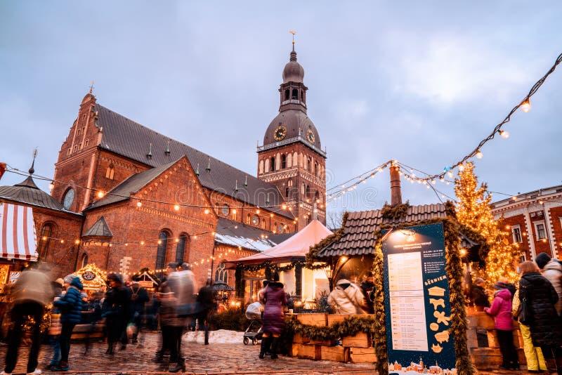 Os povos apreciam o mercado do Natal do inverno Riga em Let?nia fotos de stock
