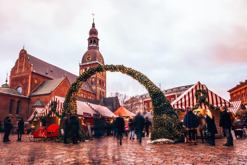 Os povos apreciam o mercado do Natal do inverno Riga em Let?nia foto de stock