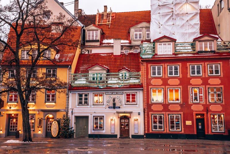 Os povos apreciam o mercado do Natal do inverno Riga em Let?nia imagem de stock