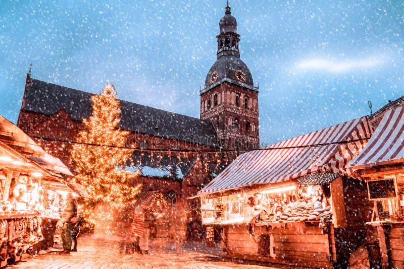 Os povos apreciam o mercado do Natal do inverno Riga em Let?nia imagem de stock royalty free