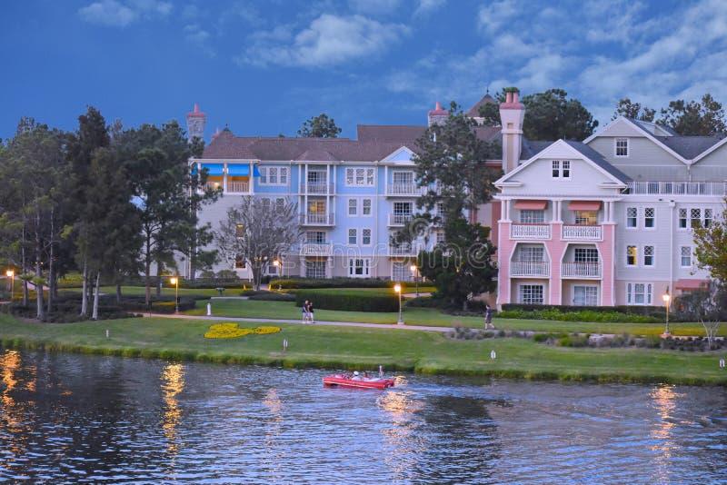 Os povos apreciam o passeio amphicar no fundo victorian do hotel do estilo no lago Buena Vista fotos de stock royalty free