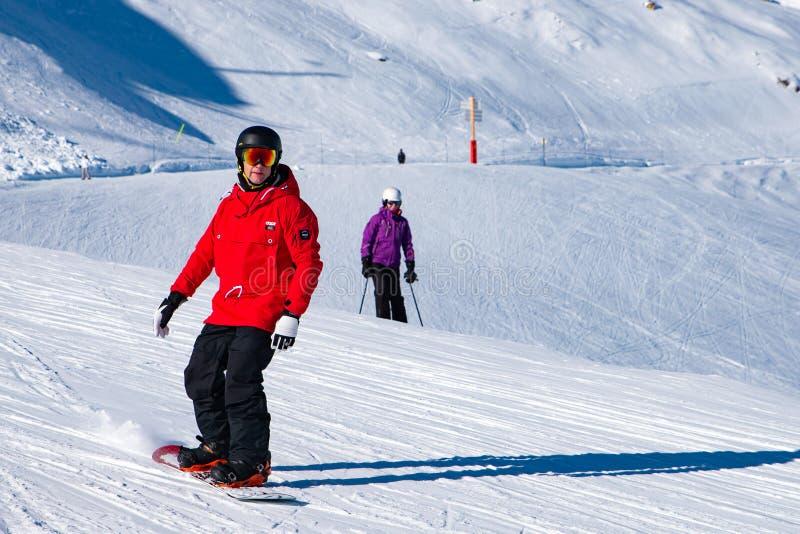 Os povos apreciam o snowboard para o feriado de inverno na área dos cumes com Mont Blanc como o fundo, arcos 2000 de Les, Saboia, imagem de stock