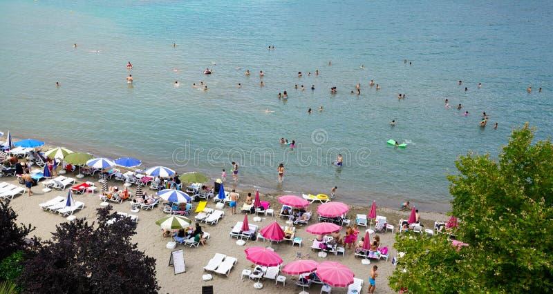 Os povos apreciam a praia de Amasra no Mar Negro foto de stock royalty free