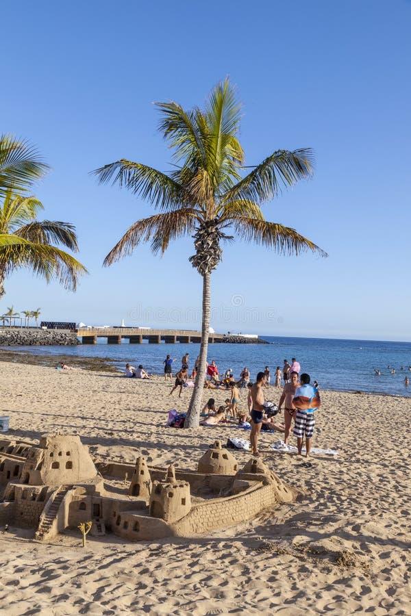 Os povos apreciam a praia em Arrecife e castelos do builf com areia u foto de stock