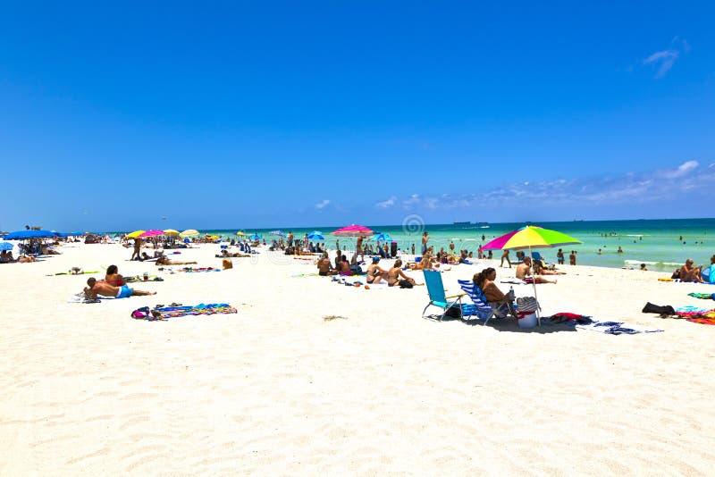 Os povos apreciam a praia im Miami imagens de stock