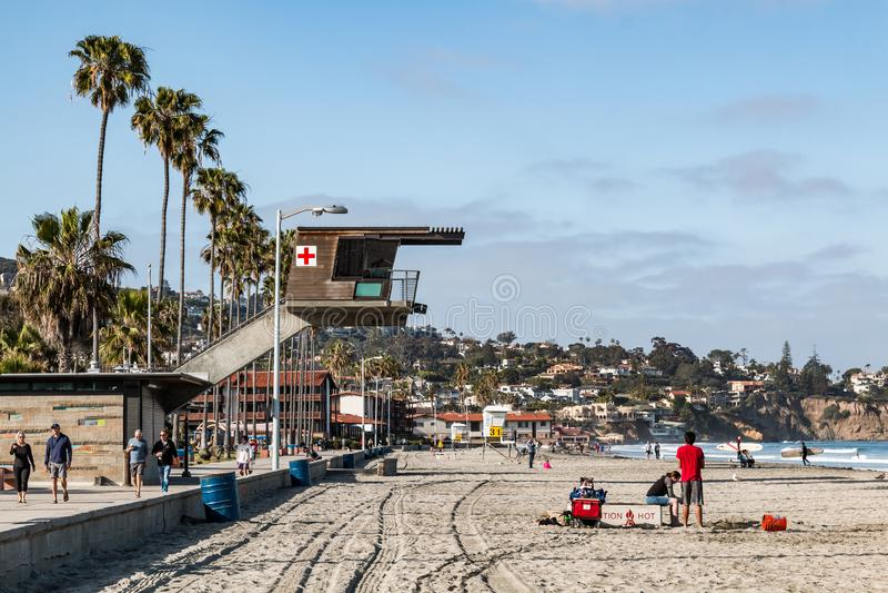 Os povos apreciam Sunny Day em costas de La Jolla em San Diego County foto de stock