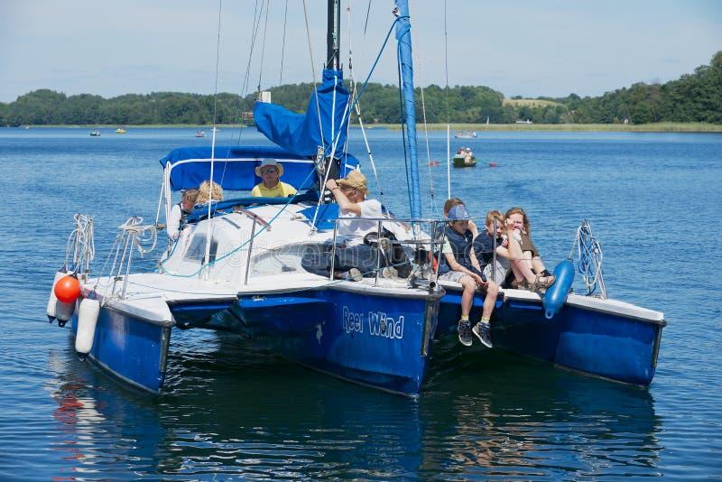 Os povos apreciam a viagem do barco no lago Galve em um dia de verão quente em Trakai, Lituânia foto de stock royalty free