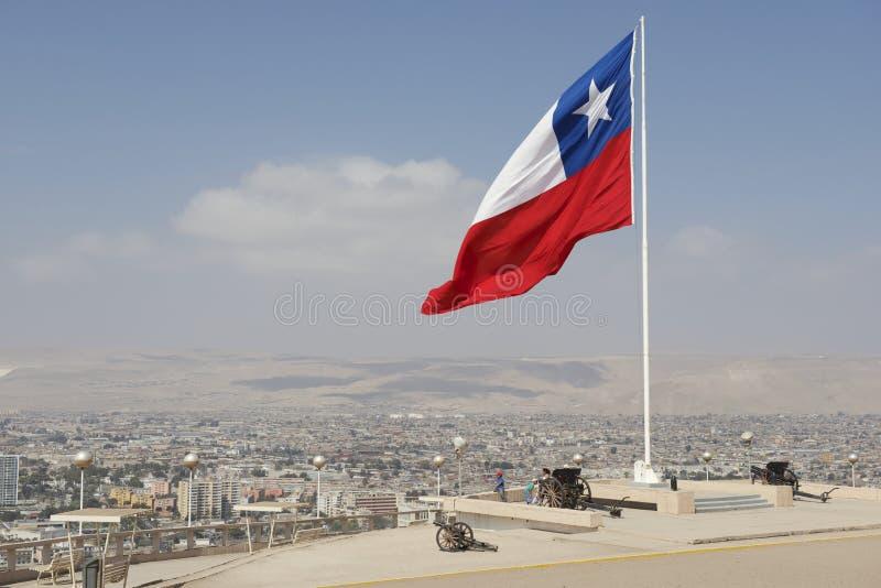 Os povos apreciam a vista à cidade de Arica do monte do EL Morro de Arica em Arica, o Chile imagens de stock royalty free