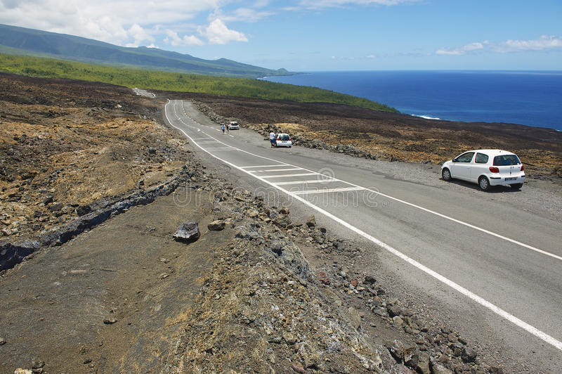 Os povos apreciam a vista à estrada asfaltada sobre a lava vulcânica em Sainte-Rosa De La Reunião, França foto de stock royalty free