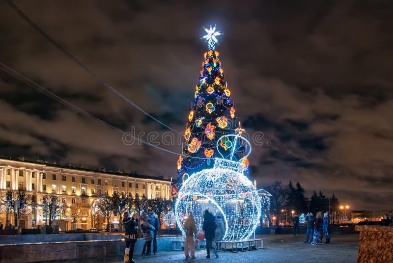 Os povos aproximam a árvore do ano novo na noite St Petersburg Rússia imagens de stock