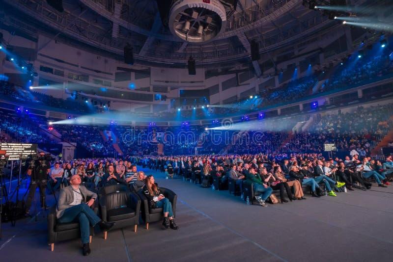 Os povos assistem à conferência do negócio no grande salão do congresso fotografia de stock royalty free