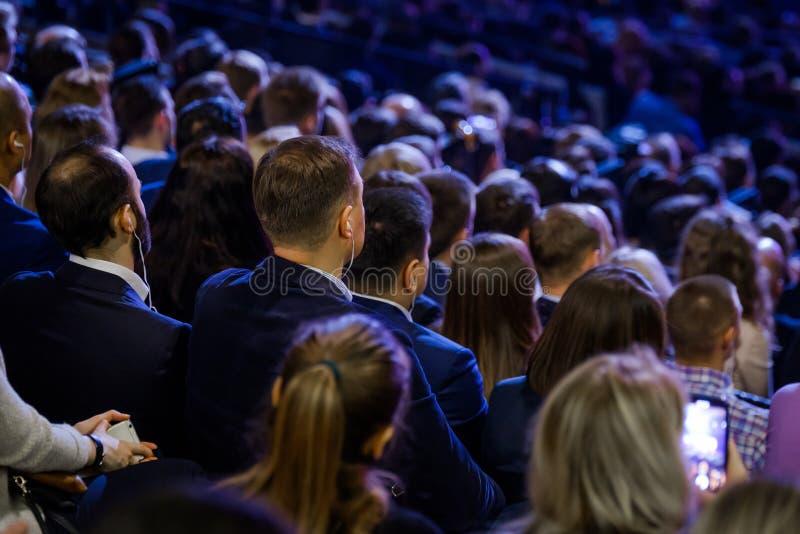 Os povos assistem à conferência do negócio no salão do congresso imagem de stock