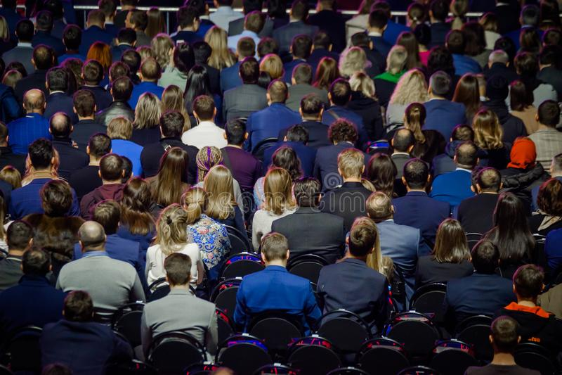 Os povos assistem à conferência do negócio no salão do congresso imagens de stock royalty free