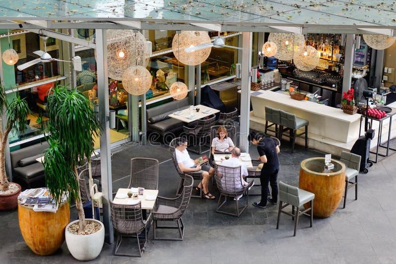 Os povos bebem o café em Makati em Manila, Filipinas fotos de stock
