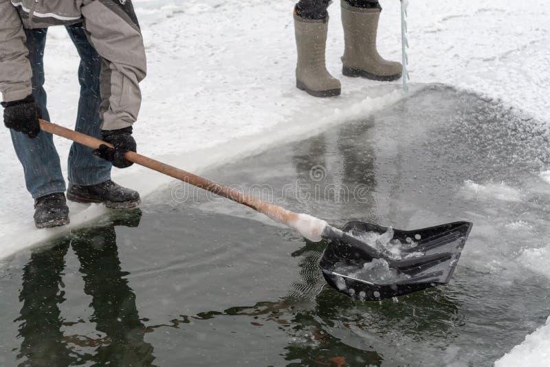 Os povos cancelam um furo na lagoa do gelo para nadar Natação do inverno PR imagem de stock royalty free