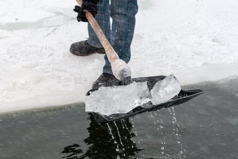 Os povos cancelam um furo na lagoa do gelo para nadar Natação do inverno PR fotos de stock royalty free