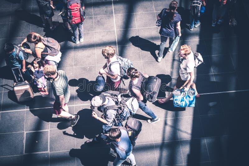 Os povos com bagagem viajam no estação de caminhos-de-ferro principal Hauptbahnhof foto de stock