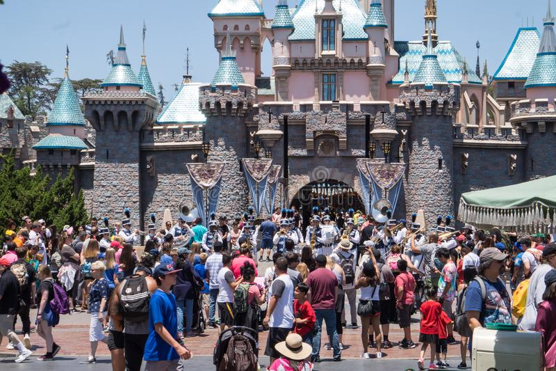 Os povos com crianças em uma caminhada em Disneylândia estacionam Fim de semana feliz em Anaheim fotos de stock