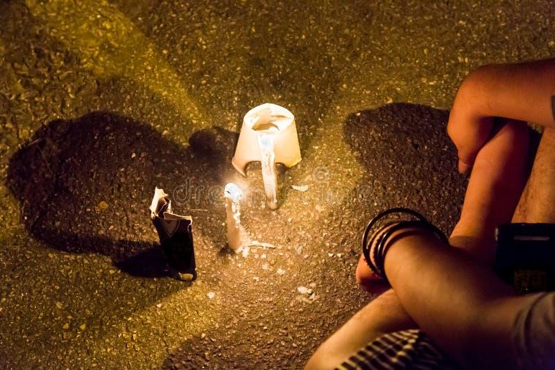 Os povos com vigília da vela na esperança procurando da escuridão, adoração, rezam fotos de stock