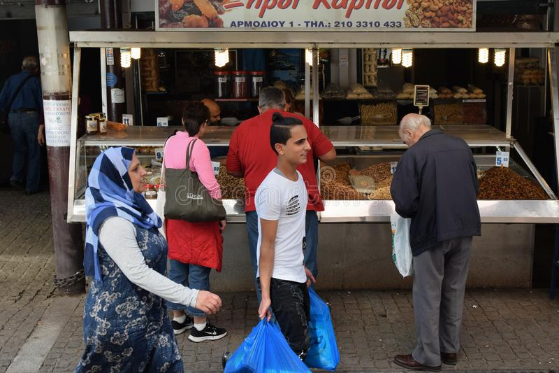 Os povos compram frutos secos e porcas no mercado de rua imagens de stock