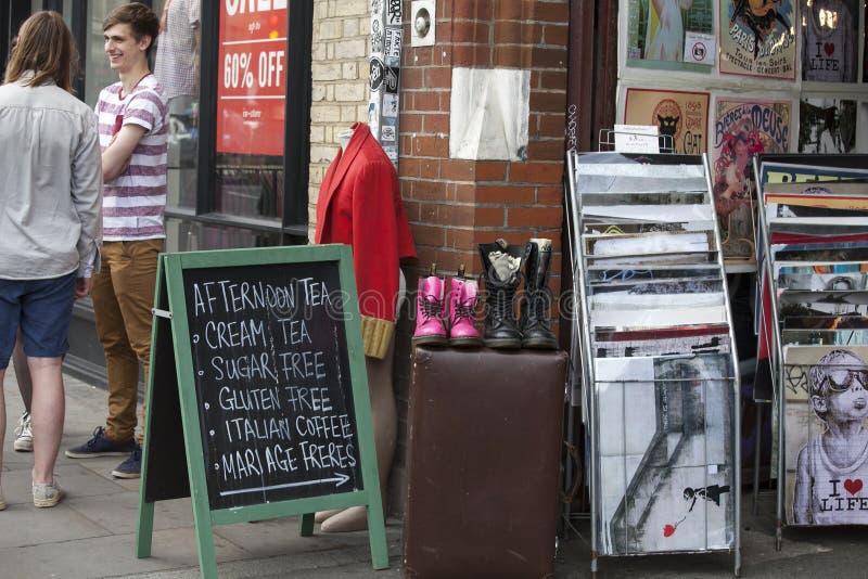 Os povos compram no mercado velho de Spitalfields em Londres Um mercado existiu aqui no mínimo 350 anos fotografia de stock