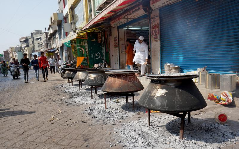 Os povos cozinham o alimento com madeira do fogo, nas ruas, em Mohammed Prophet Birth Day, para o peopl da distribuição ou da ali imagem de stock