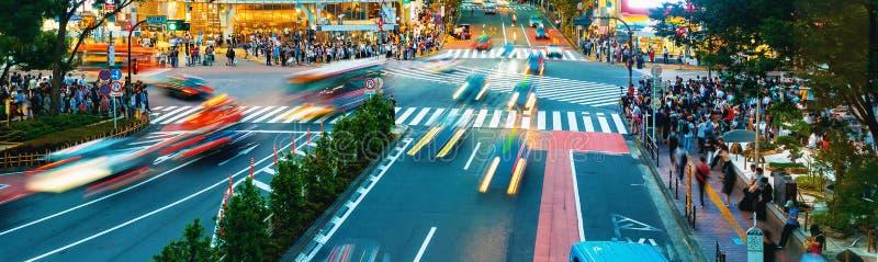 Os povos cruzam a interseção famosa em Shibuya, Tóquio, Japão imagens de stock