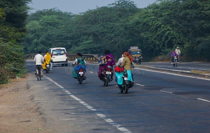 Os povos da Índia vão pelo transporte foto de stock