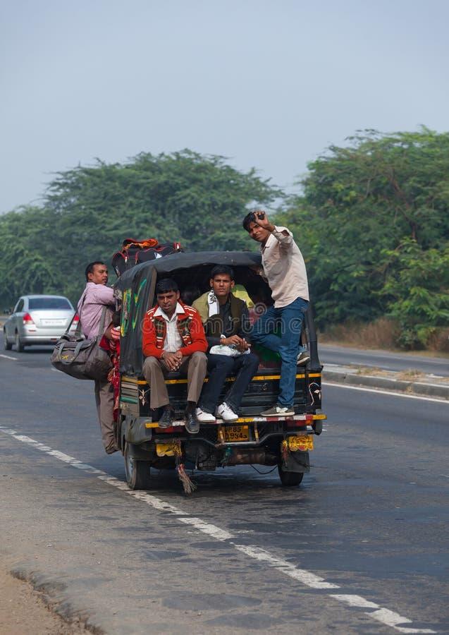 Os povos da Índia vão pelo transporte fotos de stock royalty free