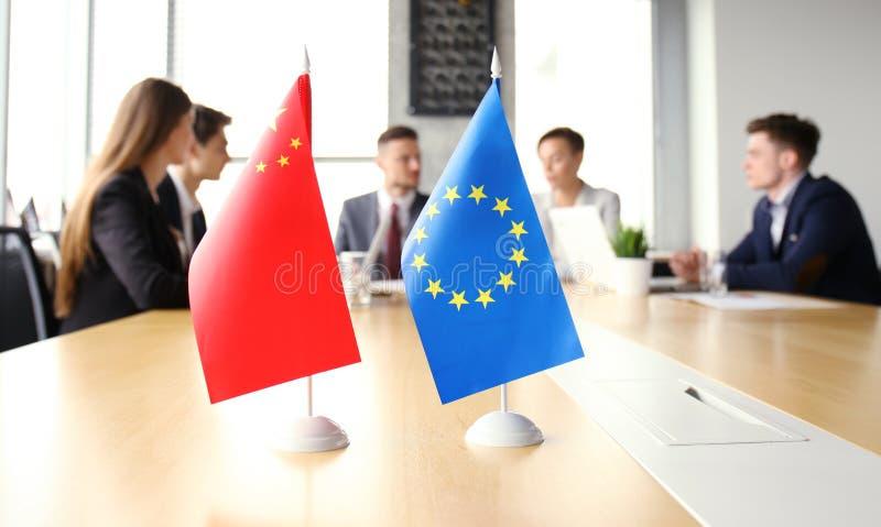 Os povos da diversidade falam a parceria da conferência internacional Bandeira chinesa e bandeira da União Europeia foto de stock