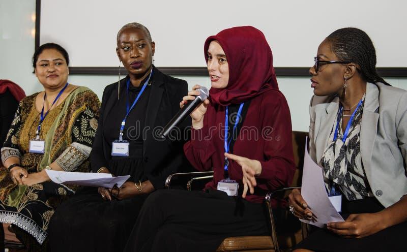 Os povos da diversidade representam a parceria da conferência internacional foto de stock royalty free