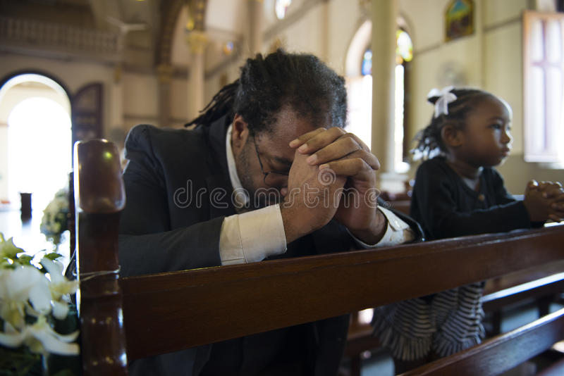 Os povos da igreja acreditam a confissão religiosa da fé fotos de stock