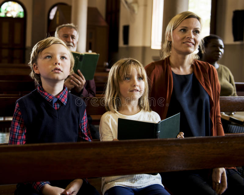 Os povos da igreja acreditam a fé religiosa imagem de stock