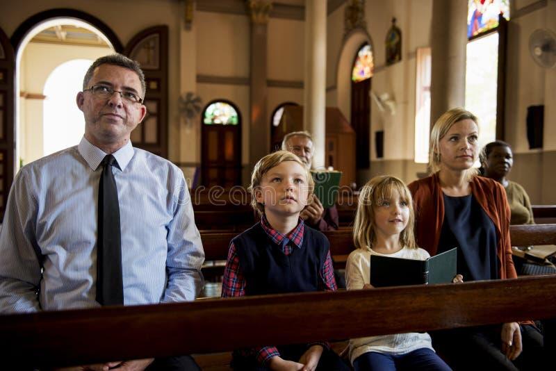 Os povos da igreja acreditam a fé religiosa foto de stock